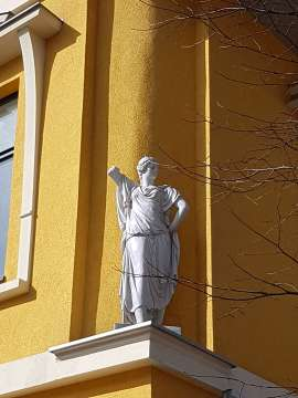 socha na priečelí budovy v Poprade