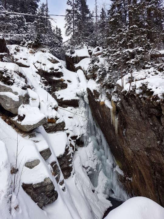 Zasnežený vodopád